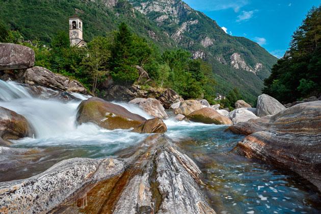 Le tipiche rocce levigate dall'acqua nel tempo in Val Verzasca