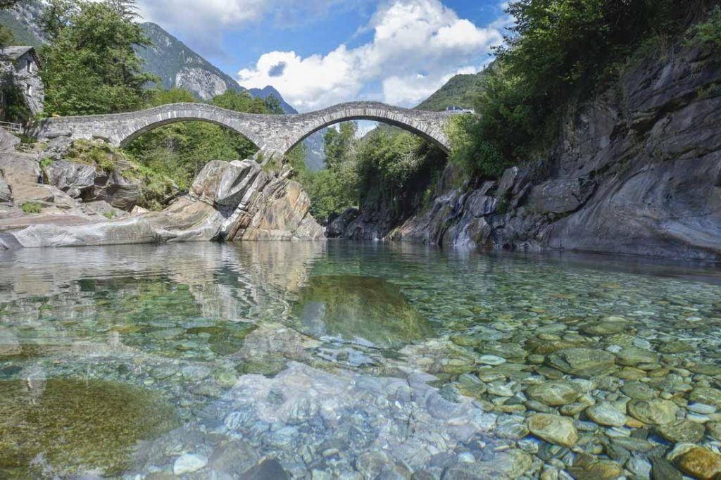 Quando si pensa a cosa vedere in Val Verzasca il famosissimo Ponte dei salti di Lavertezzo è sicuramente tra i primi punti panoramici imperdibili